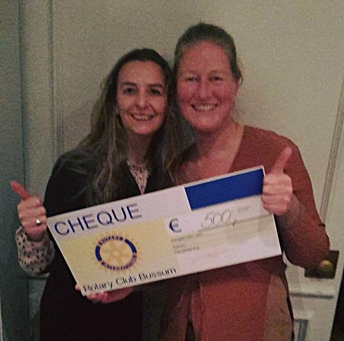 Thess en Lisette nemen de Cheque van de Rotary Club Bussum in ontvangst