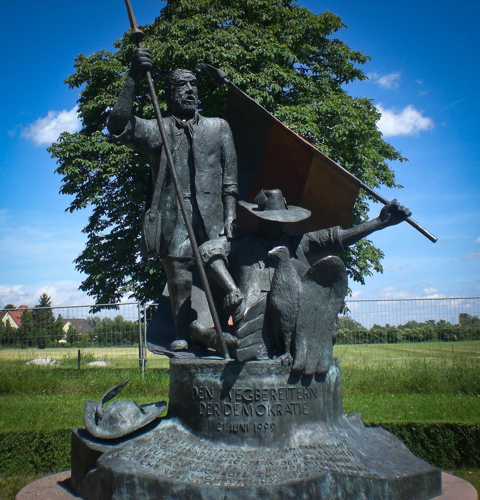 ...gleich neben der Eremitage: das Denkmal der Badischen Revolution mit Hecker und...