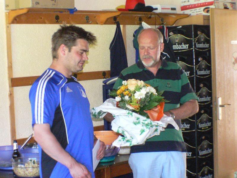 Blumen zum Abschied als Trainer, aber der Pass bleibt in Blasbach