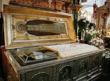 Мощи преподобного Серафима Саровского. Находятся в Троицком соборе.