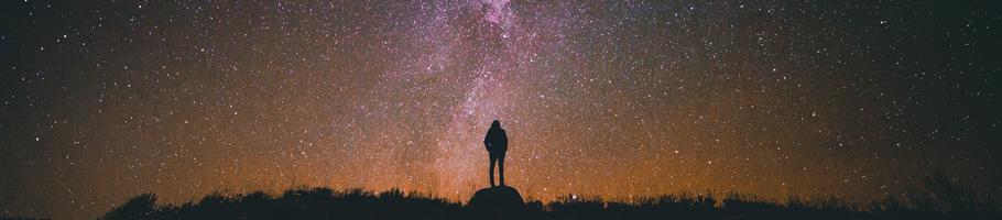 Mensch guckt in den Sternenhimmel