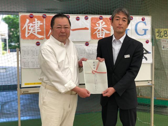 5月21日 健康一番グラウンドゴルフ大会の収益金で福岡県九州北部豪雨への寄付金を木原会長から福祉部福祉課に贈呈。
