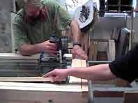 ガラスを木の押し縁で固定。