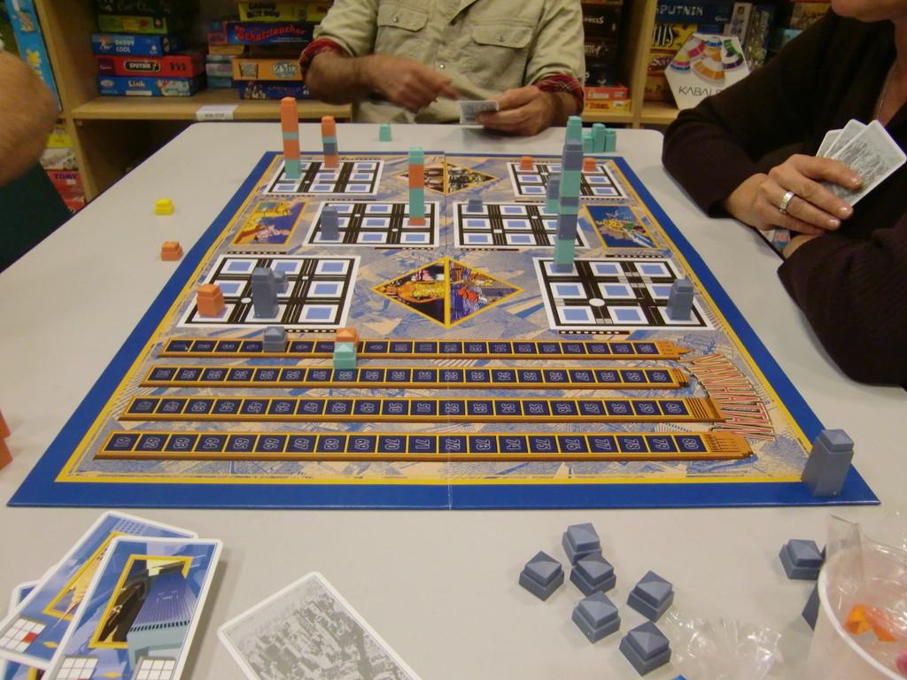 le (assez vilain) plateau de l'excellent Manhattan (merci Yannick, notre nouveau ludothécaire pour nous avoir prêté ce jeu)