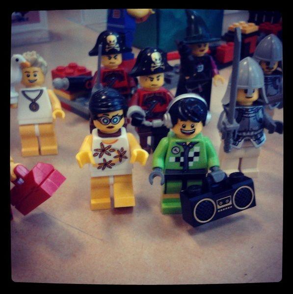 des minifigs LEGO contentes d'être là