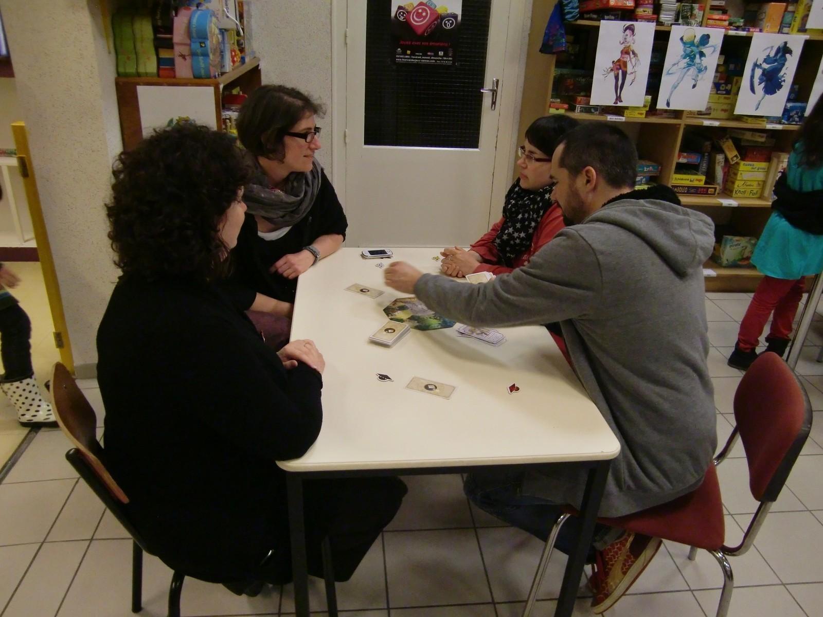 sur les tables à côté, Benoît Forget, l'éditeur, peut enfin se mettre à jouer