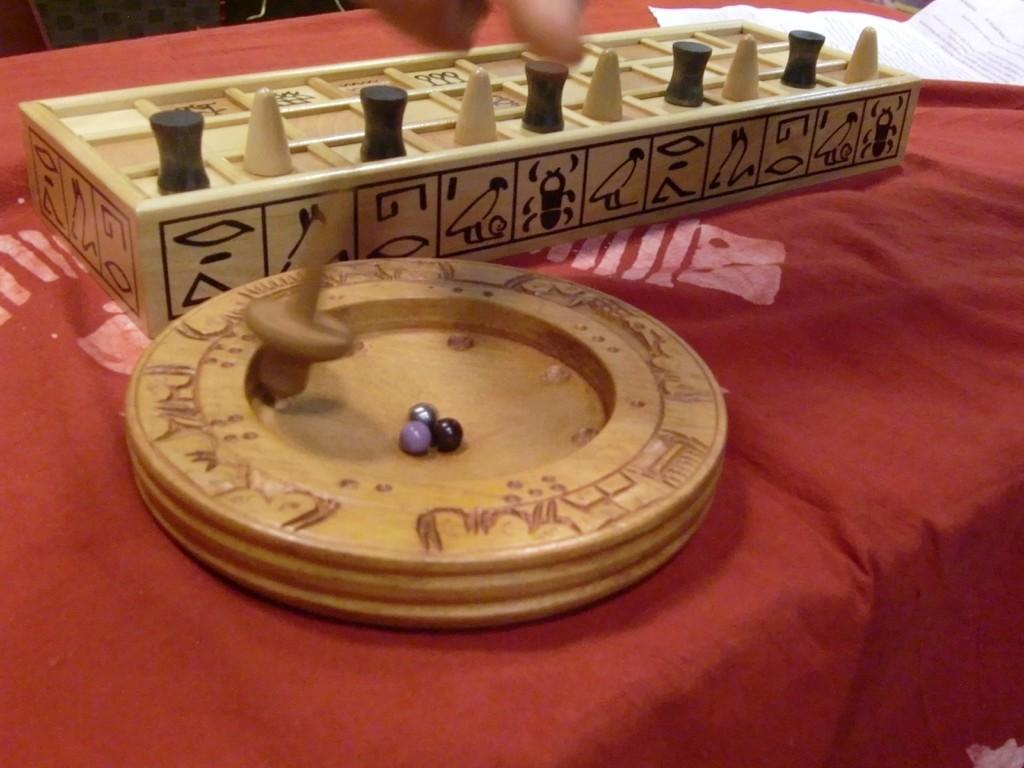 un jeu de toupie malgache (la toupie envoie les billes dans des petits trous à points)
