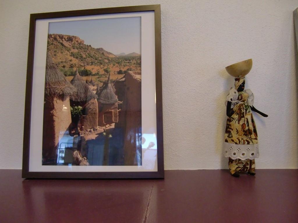 photos des greniers dogons à gauche / poupée sénégalaise à droite
