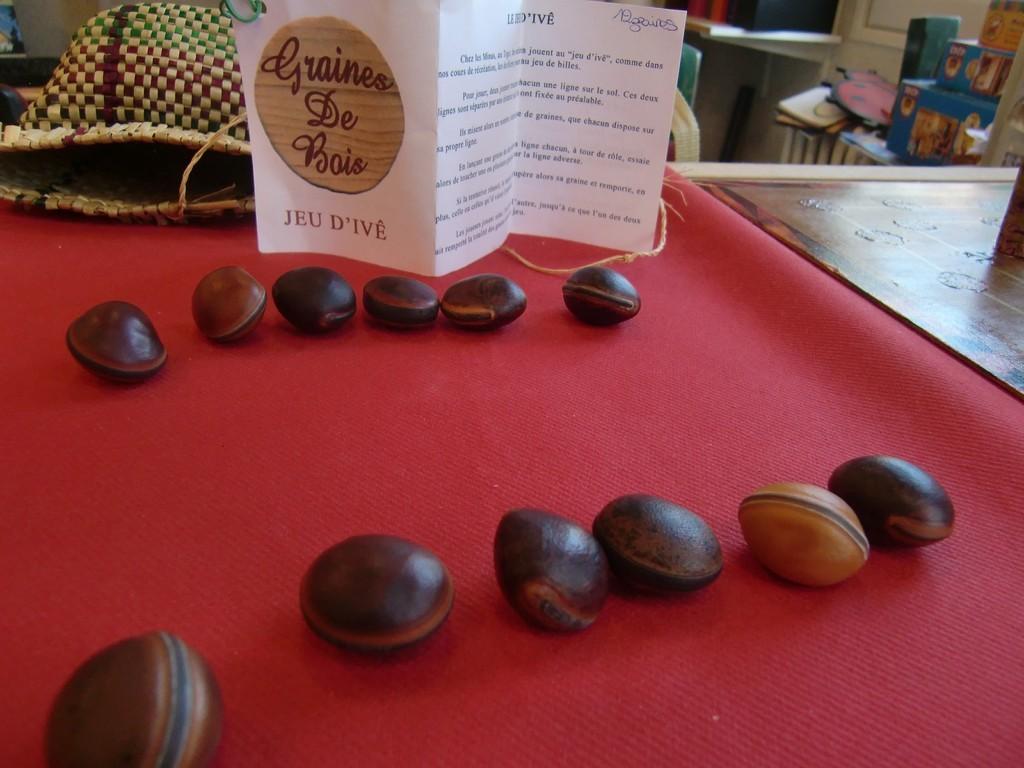 """jeu d'ivê, jeu des enfants togolais avec des graines """"oeil de bourrique"""""""