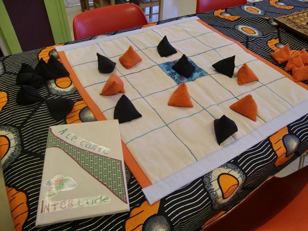 jeu de Seega en tissu (prêté par la ludothèque Interlude)