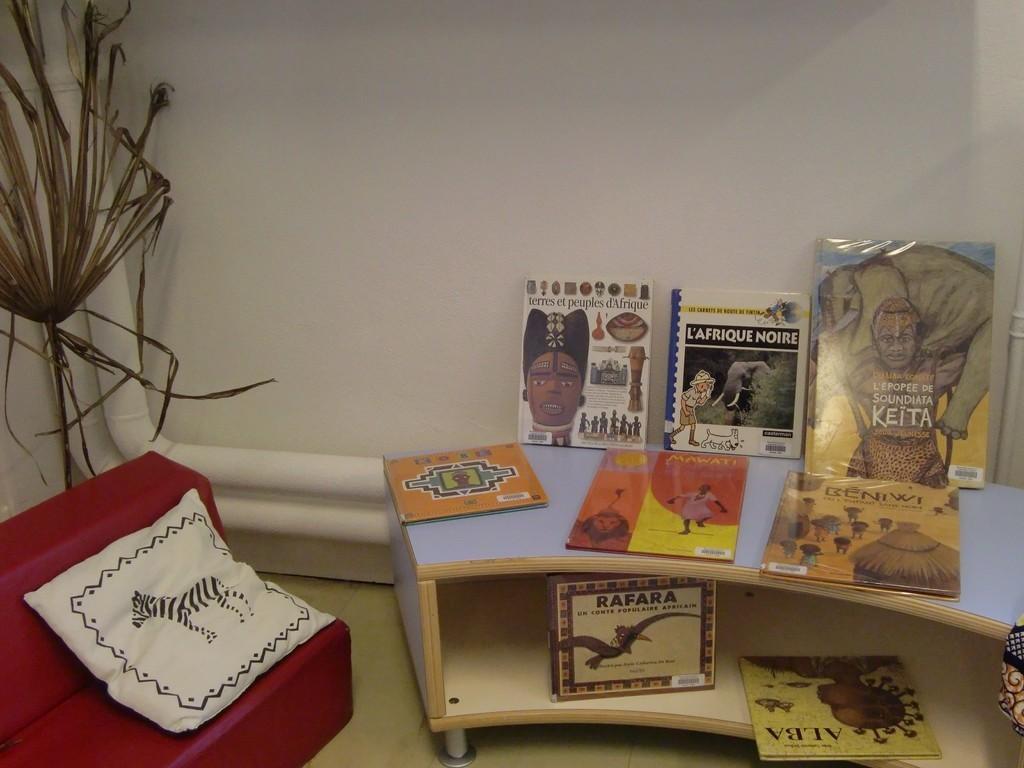 """petit coin lecture (livres prêtée par la ludothèque municipale """"A livre ouvert"""", de Camblanes)"""