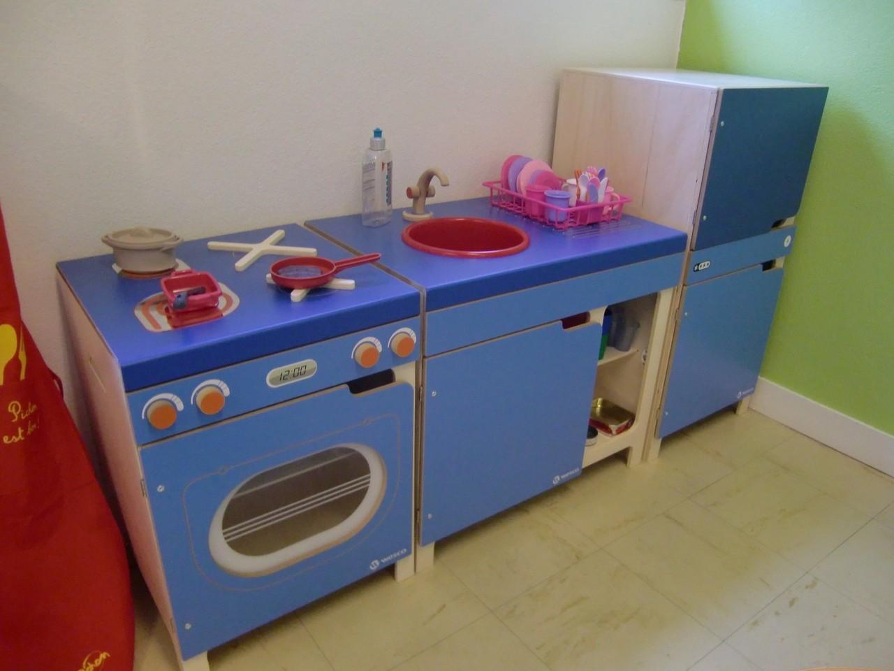 une cuisinière, un évier et un réfrigirateur