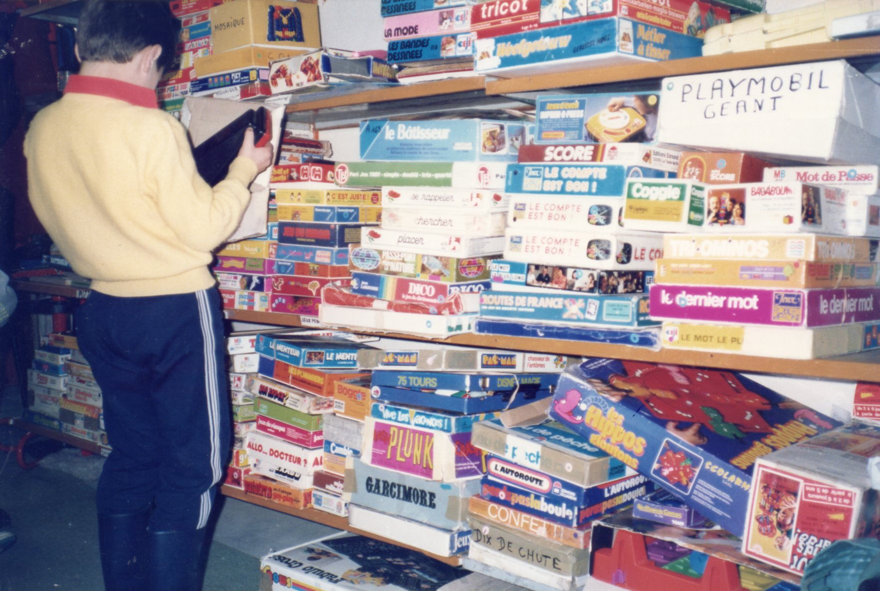 des étagères de jeux anciens