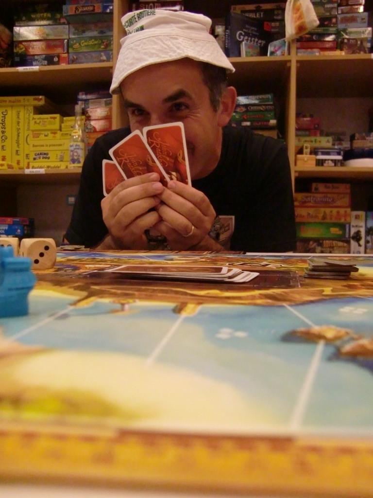 les vils pirates préfèrent se cacher derrière leurs cartes...