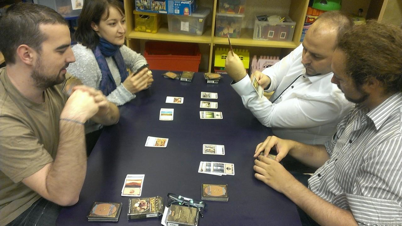 début de partie de Magic, quelques terrains prêt à servir de ressources magiques