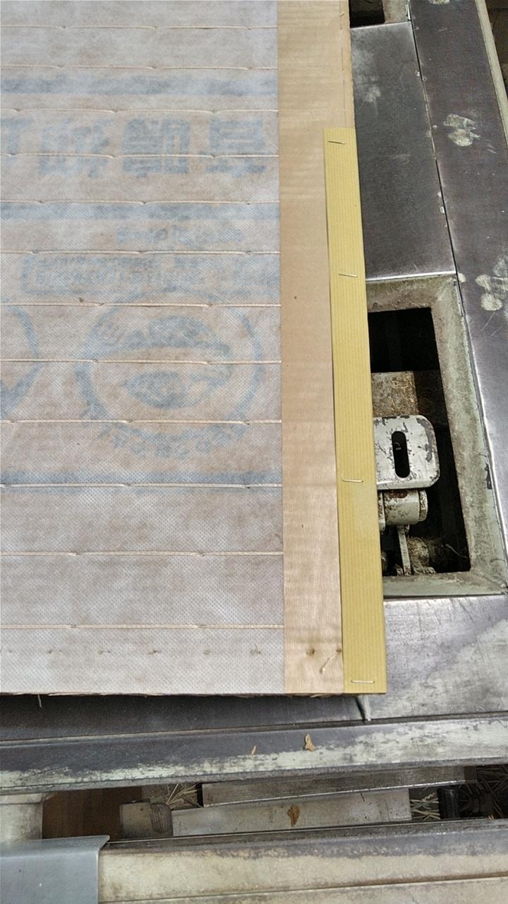 ステンレスの芯で紙を止めて、丈を増やします。
