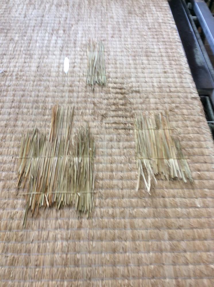 凹みを藁を使用して、手縫いしました。