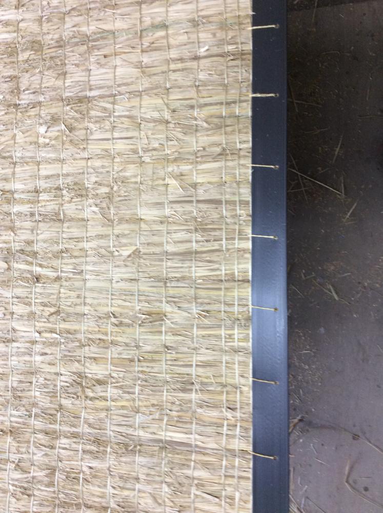 本床(藁床)を切断後、コーナー1.5㎜(補強材)手縫いして足で締めます。