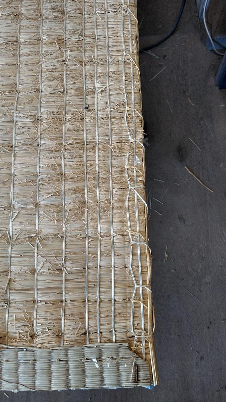 丈の隙間は、手縫いで藁を使用して修理しました。