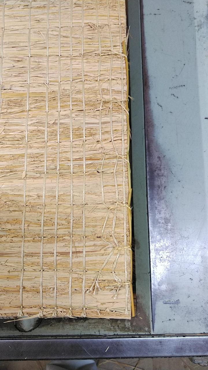 手縫いで藁を使用して、丈の修理を行いました。