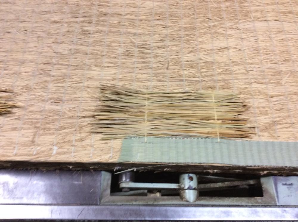 凹みを藁を使用して修理しました。薄いところはゴザを入れました。