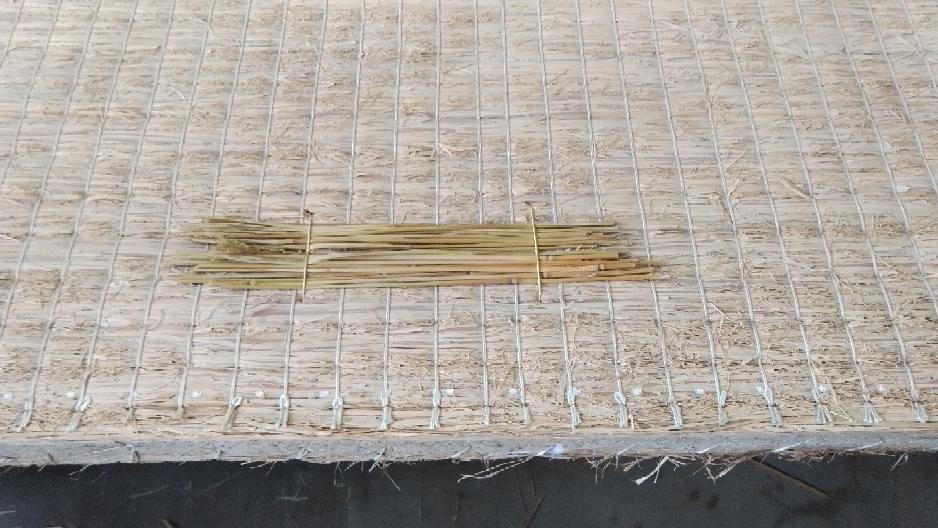 藁を使用して、凹み修理を手縫いしました。