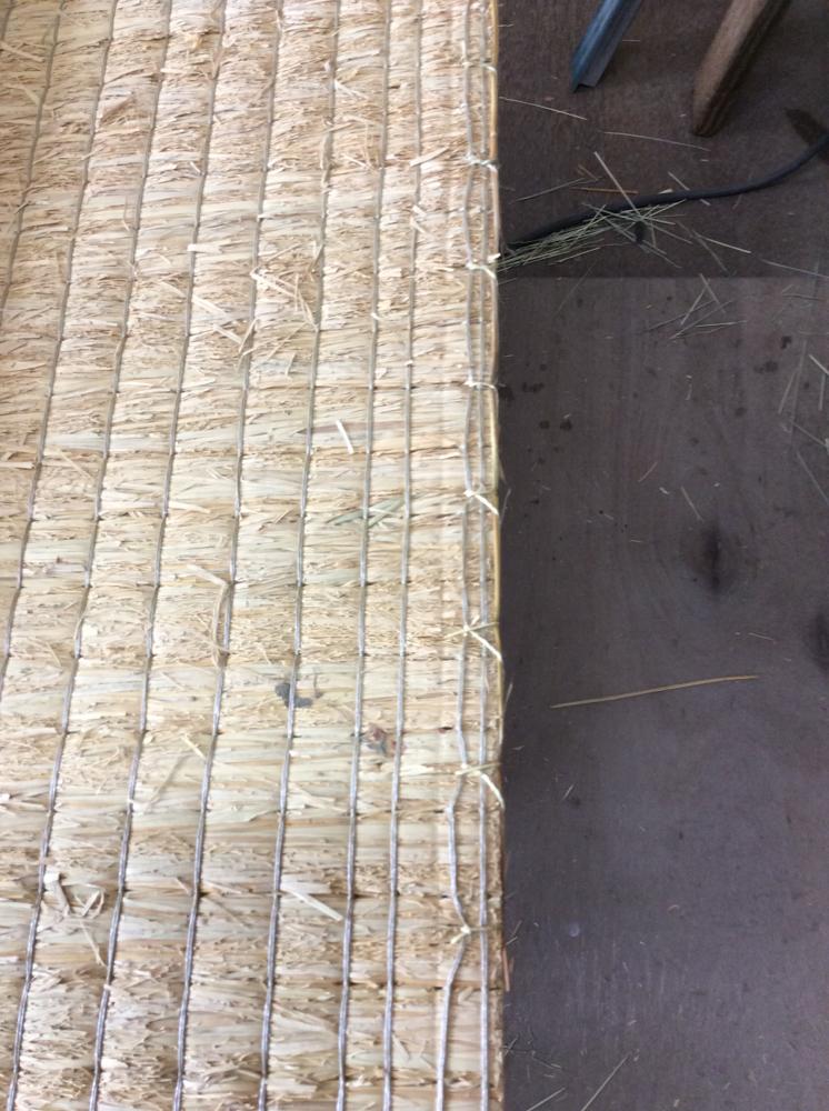丈修理を藁を使用して手縫いしました。