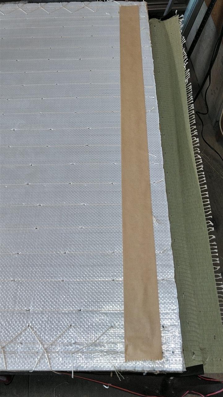 幅側の機械の針当たるところは、畳床の強度を保つ為と畳床の破損防止に紙のガムテープを貼ります。