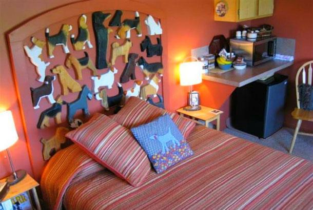 Комната в доме Airbnb, где главная тема в декоре - собаки