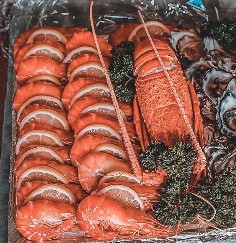 морепродукты и креветки на курорте Неа Макри возле Афин