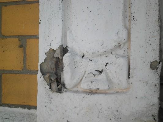 Korrodierte Bewehrung an Stuckfassade
