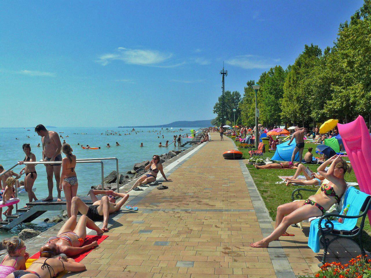 Hoogseizoen aan het strand van Balatonakali