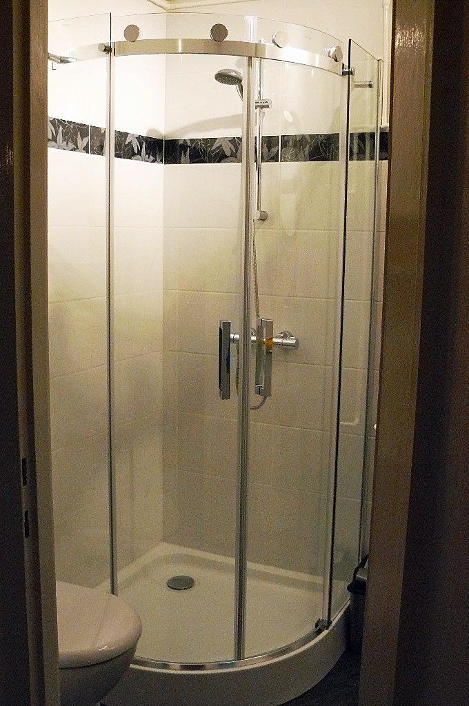 Badkamer met douchecabine 90x90