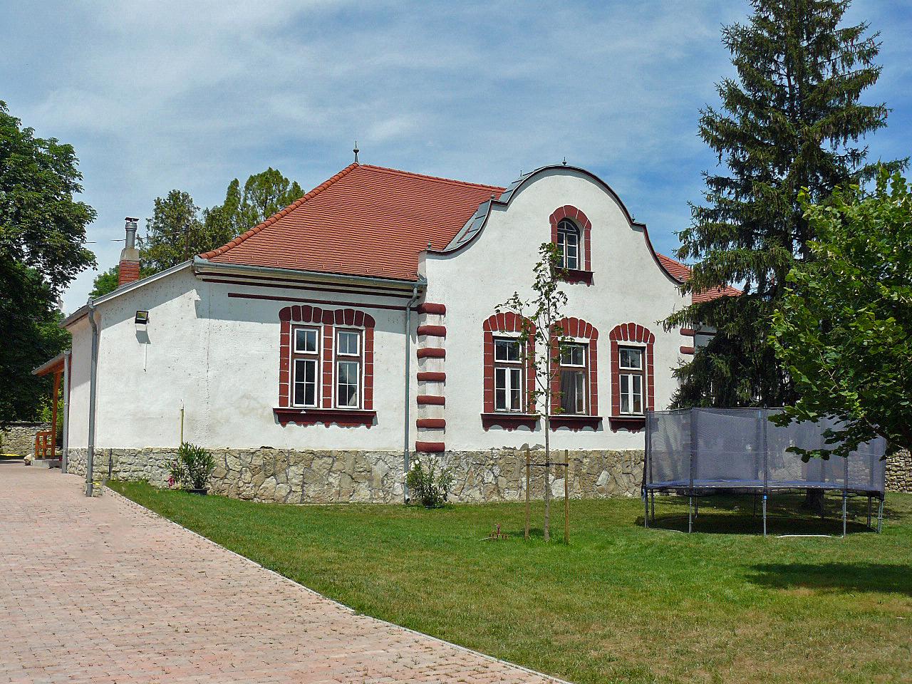 Het cultuurhuis met een openluchtbioscoop