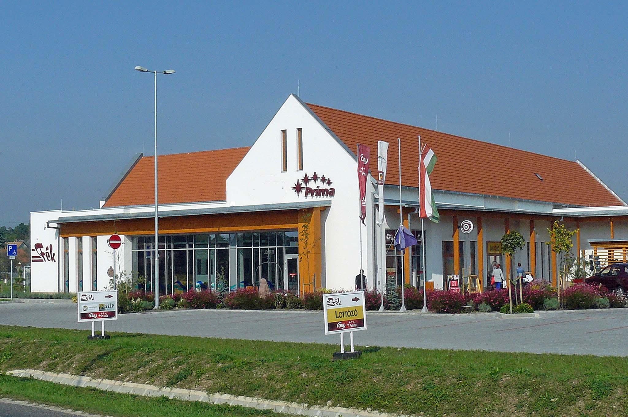 Moderne supermarkt met een sigarettenshop aan de zijkant van de winkel