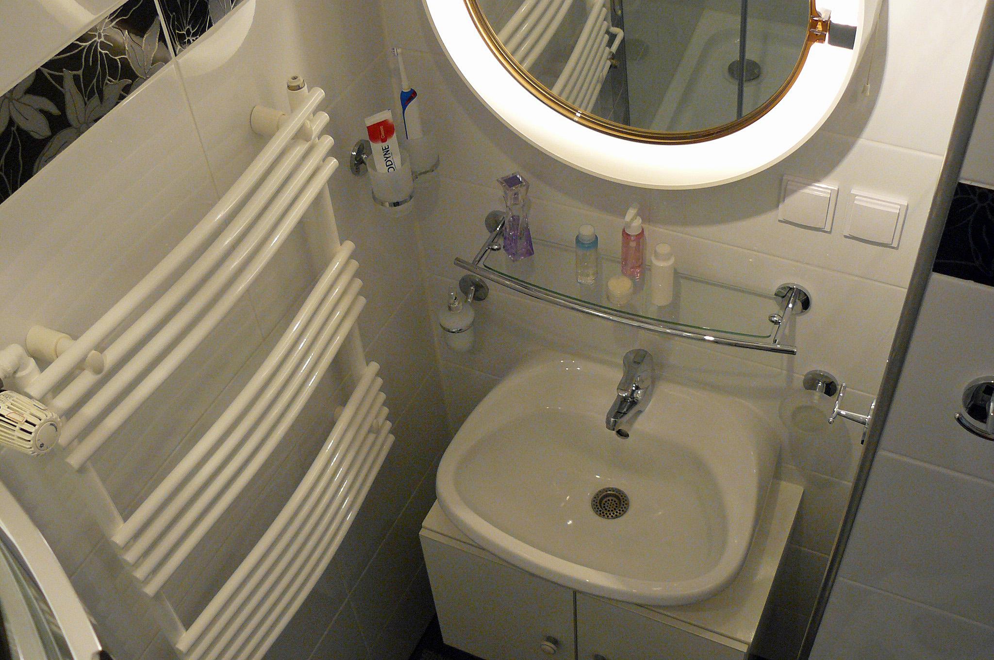 Wastafel in de badkamer