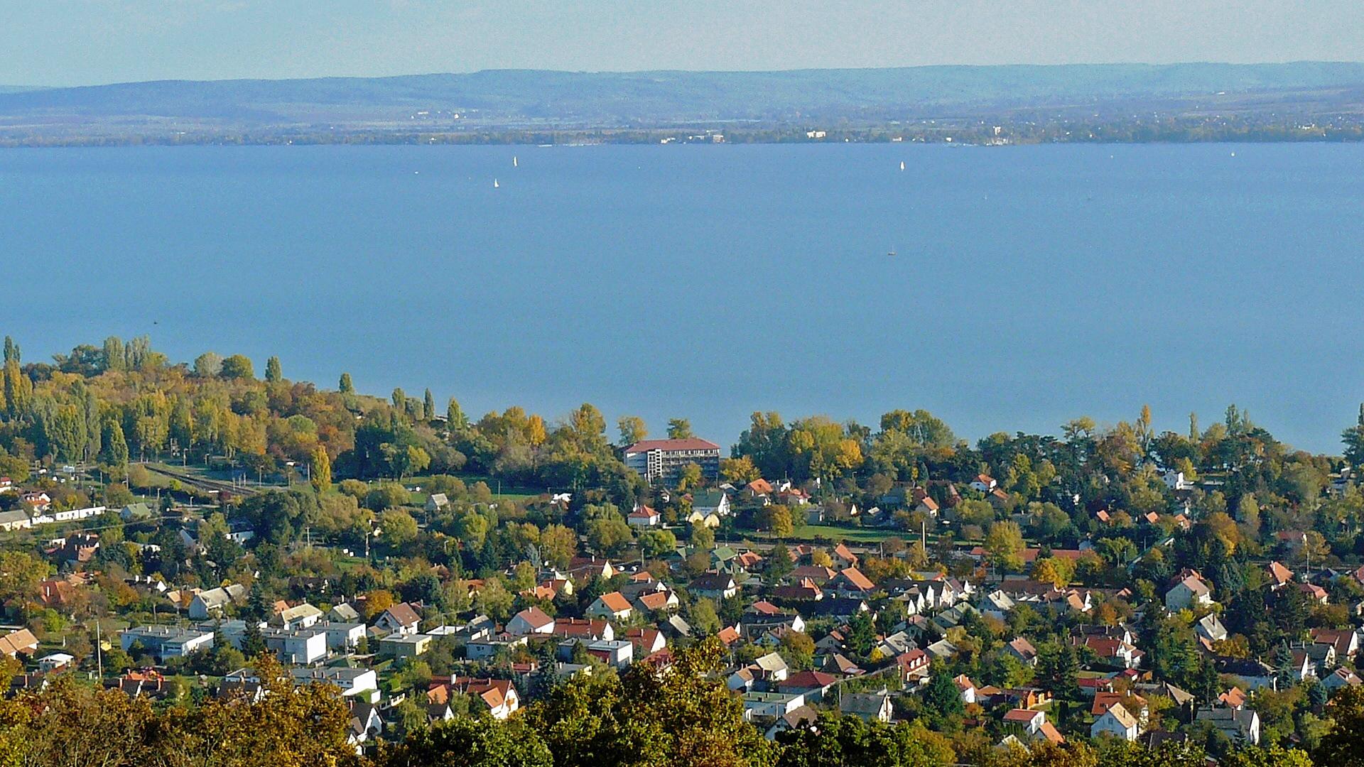 Panoramazicht op het Balatonmeer en de plaats Révfülöp