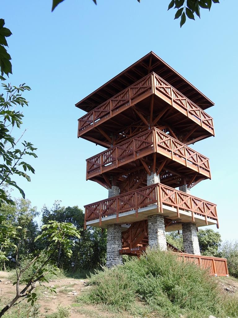 U ziet hier de uitkijktoren op de Apáti heuvel vooraan in Tihany éénmaal boven heeft u een fenomenaal uitzicht