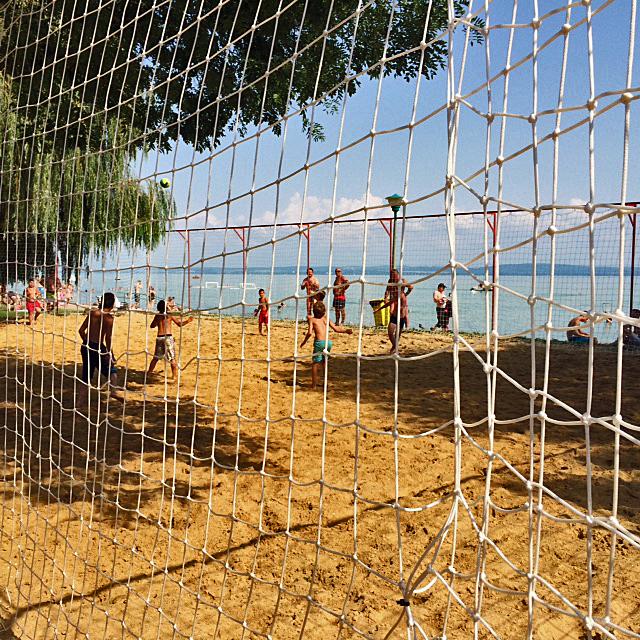 Voetballen aan het strand het kan hier allemaal