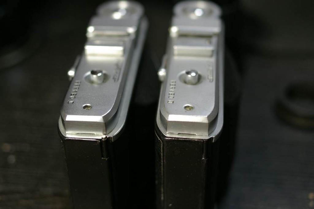 右は前期型、左が後期型。裏蓋のヒンジの軸が見えているのが後期型。前期型の形状では修理の際、裏蓋は取り外すことができない。