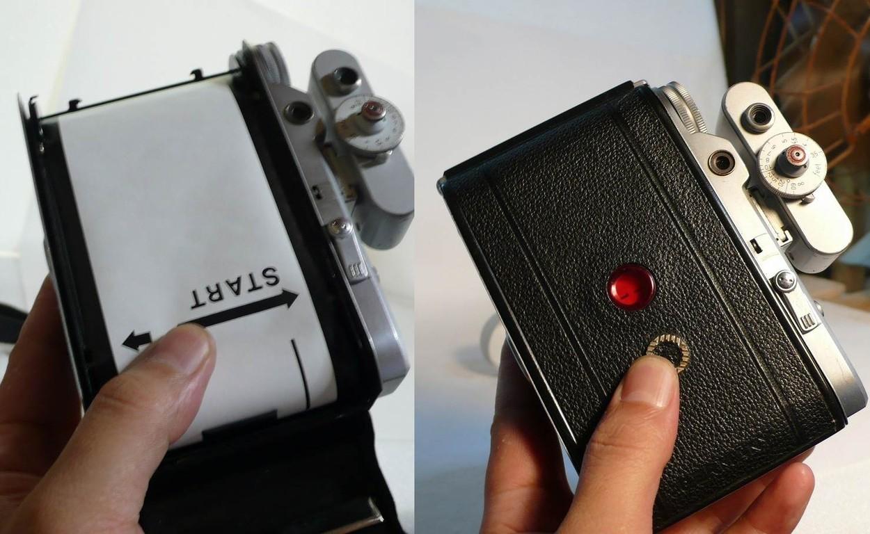 背面レバーを右へ倒し、フィルム装填。裏蓋を閉じてフィルムの数字1が出たら背面レバーを左に戻すとボディー上面のカウンターの数字が1になる。