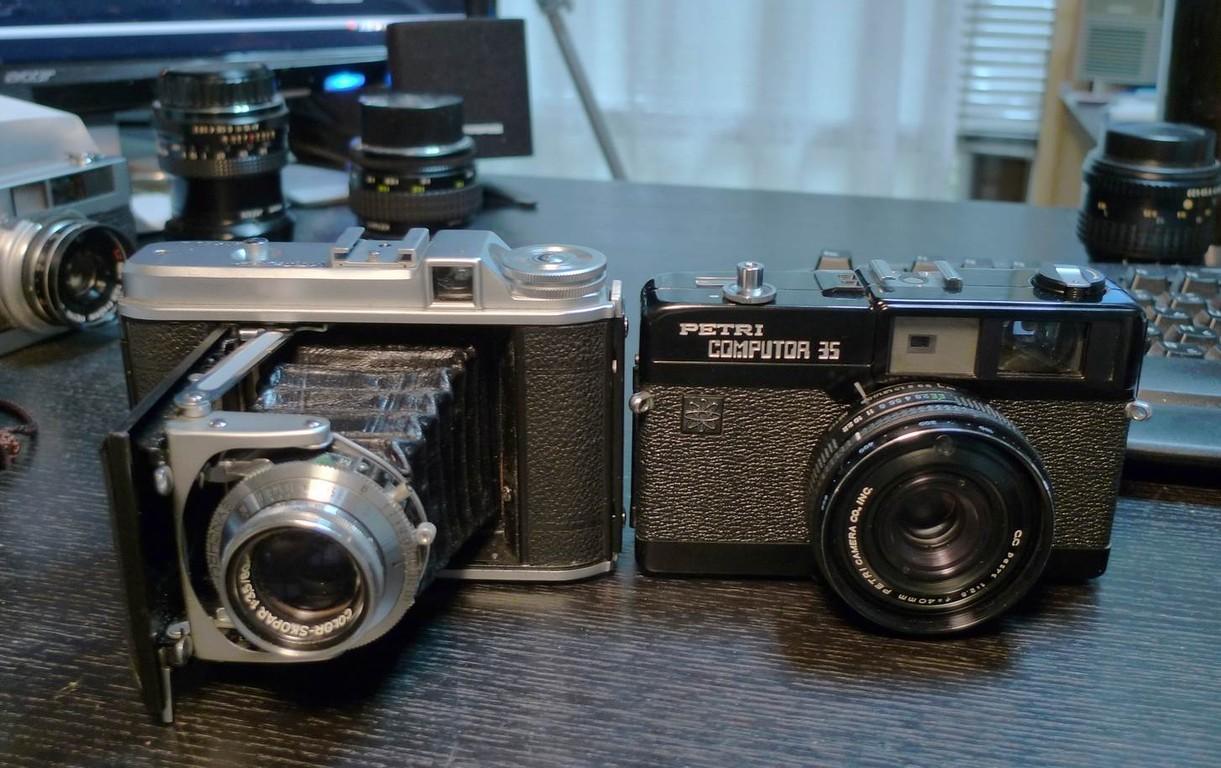 後期型。大きさ比較。中判なのに35mmカメラとあまり変わらない大きさ。