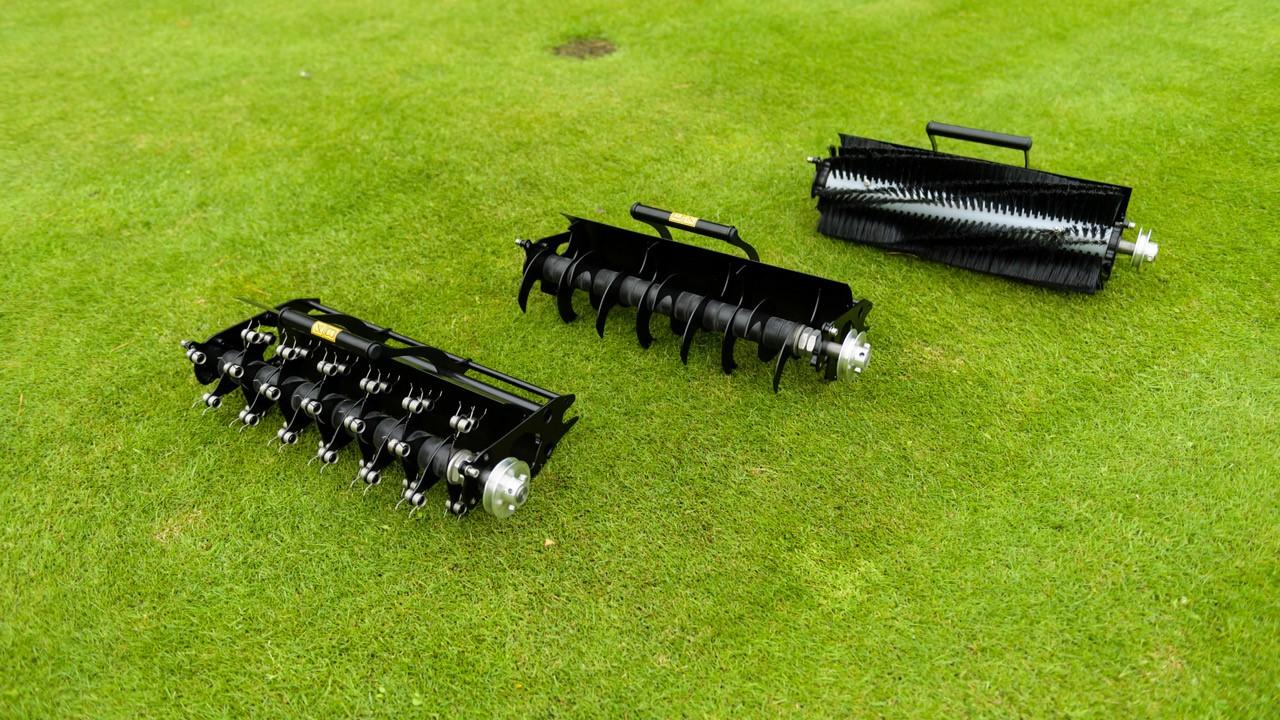 Wechselkassetten, Rasenlüfter für die Leichte Reinigung, Vertikutierkassette zur intensiven Pflege und Bürstenkassette zum schnellen Einarbeiten Sand.