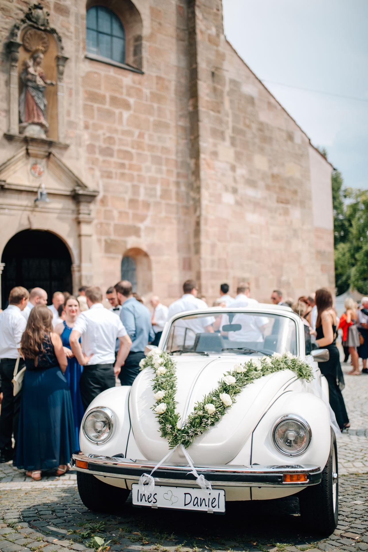 Brautauto, St. Emmerald Spalt, kirchliche Trauung Spalt, Herzfotografie, Hochzeitsfotografie, Fotograf Hochzeit Spalt