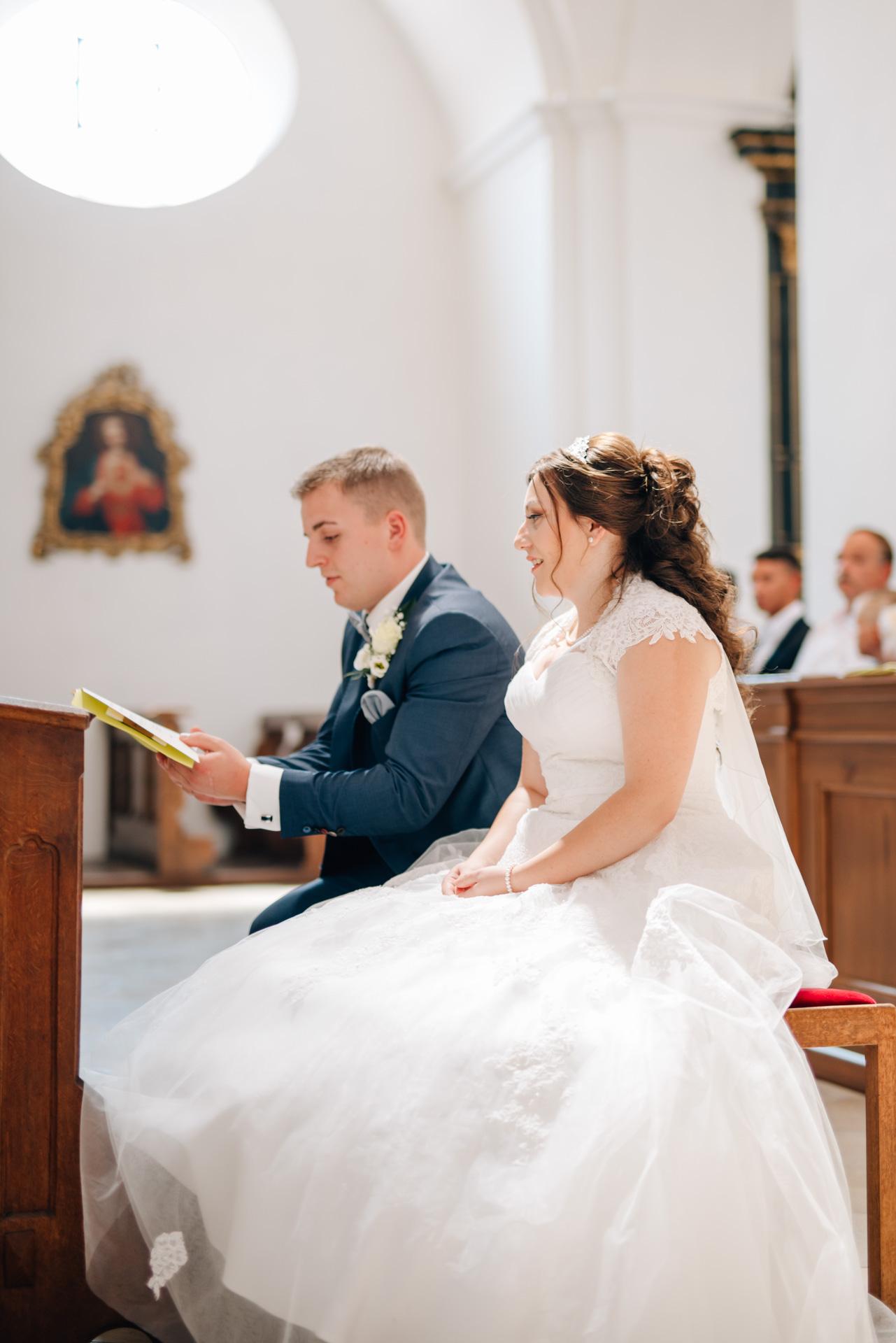 Brautpaar, St. Emmerald Spalt, kirchliche Trauung Spalt, Herzfotografie, Hochzeitsfotografie, Fotograf Hochzeit Spalt