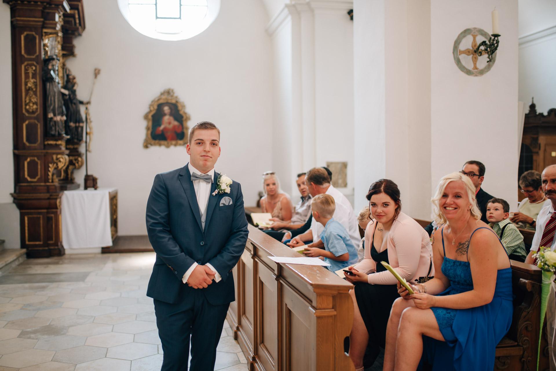 Bräutigam, St. Emmerald Spalt, kirchliche Trauung Spalt, Herzfotografie, Hochzeitsfotografie, Fotograf Hochzeit Spalt