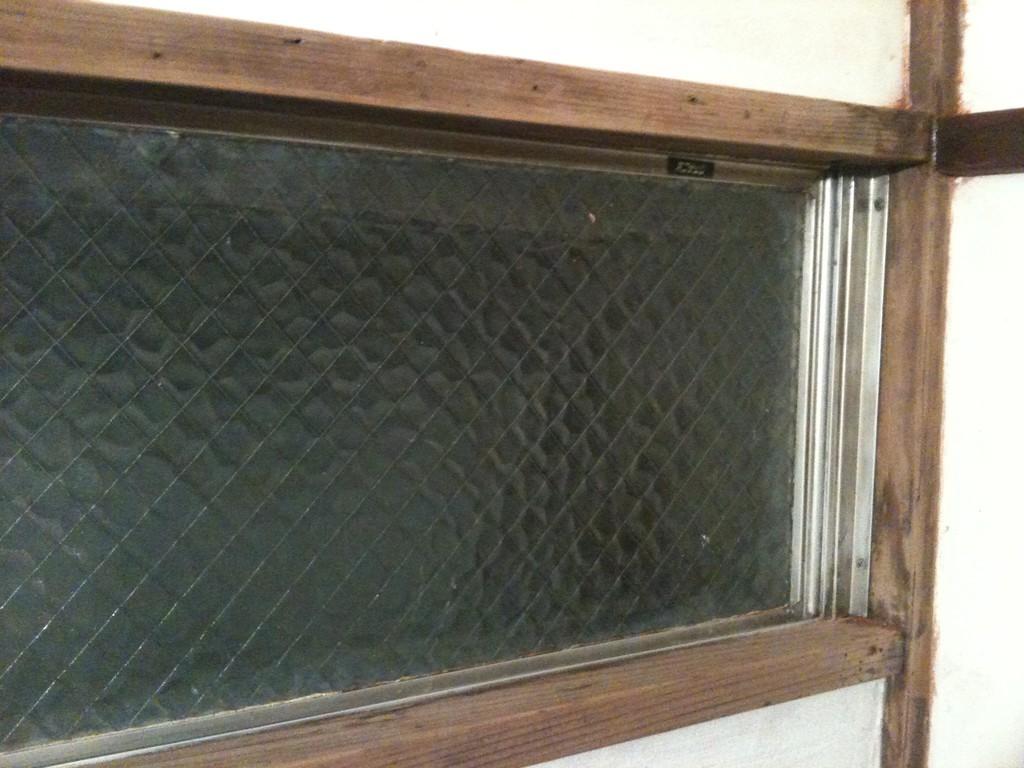 元の窓枠はこんな感じ。