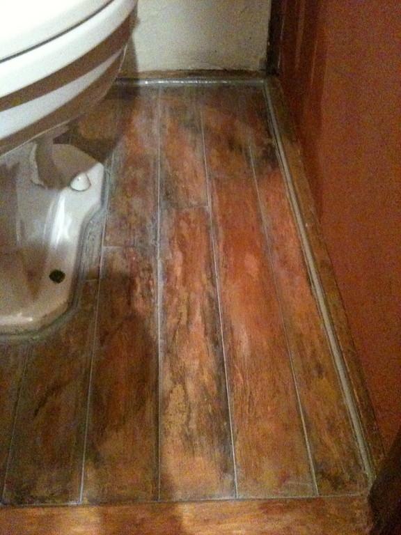 床の隙間をシリコンで埋めてやりました。