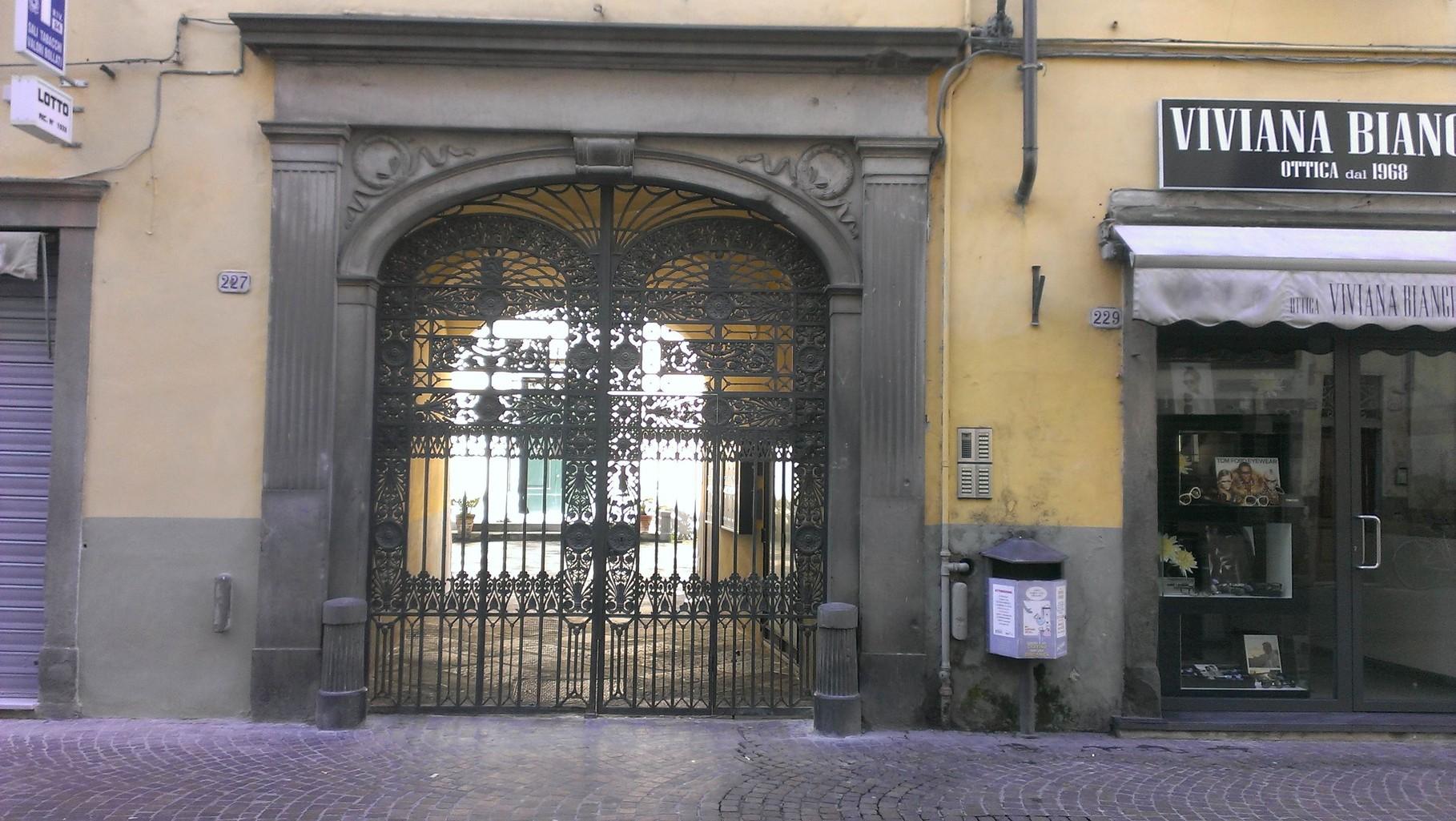 LE PALME Cancello di entrata dalla via principale