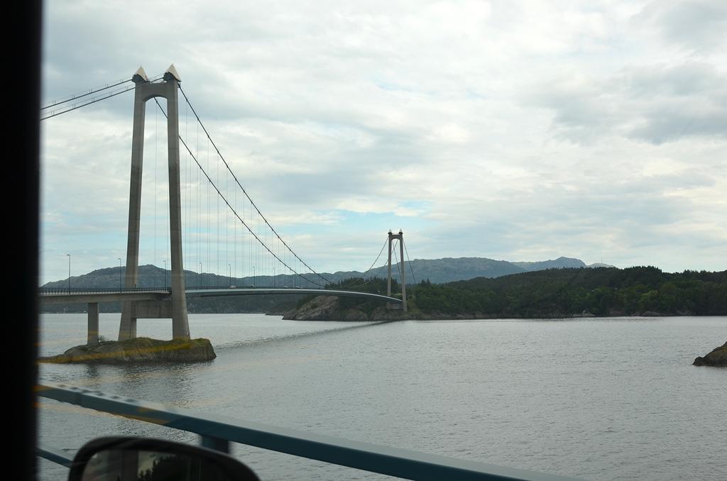 ...und natürlich immer wieder über Brücken